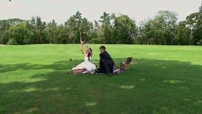 Γαμήλιο ζεύγος στο πικ-νίκ φιλμ μικρού μήκους