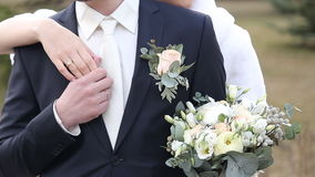 Γαμήλιο ζεύγος, όμορφοι νέοι νύφη και νεόνυμφος που στέκονται σε ένα πάρκο φιλμ μικρού μήκους