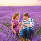 Γαμήλιο ζεύγος lavender στους τομείς Προβηγκία, Γαλλία Στοκ εικόνα με δικαίωμα ελεύθερης χρήσης