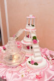 Γαμήλιο κέικ με τα ειδώλια Στοκ Εικόνες