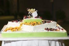 Γαμήλιο κέικ με τα λουλούδια στοκ φωτογραφίες με δικαίωμα ελεύθερης χρήσης