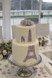 Γαμήλιο κέικ με τη σκιαγραφία ενός ζεύγους και του πύργου του Άιφελ Στοκ Εικόνες