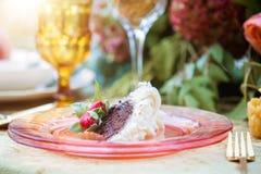 Γαμήλιο κέικ σοκολάτας με το πάγωμα buttercream Στοκ φωτογραφία με δικαίωμα ελεύθερης χρήσης