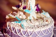 Γαμήλιο κέικ στην παραλία Γάμος στην έννοια τροπικών κύκλων Στοκ εικόνες με δικαίωμα ελεύθερης χρήσης
