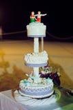 Γαμήλιο κέικ στην παραλία Γάμος στην έννοια τροπικών κύκλων Στοκ Εικόνες