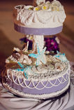 Γαμήλιο κέικ στην παραλία Γάμος στην έννοια τροπικών κύκλων Στοκ Εικόνα