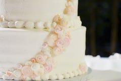 Γαμήλιο κέικ στο λευκό, το ροζ, και στενό επάνω ροδάκινων Στοκ φωτογραφίες με δικαίωμα ελεύθερης χρήσης