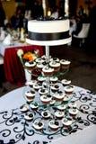 γαμήλιο κέικ φιαγμένο από cupcakes Στοκ Εικόνες