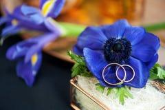 Γαμήλιο ντεκόρ με τα μπλε anemones Στοκ Εικόνες