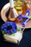 Γαμήλιο ντεκόρ με τα μπλε anemones Στοκ Φωτογραφία