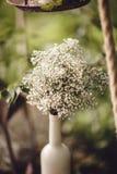 Γαμήλιο ντεκόρ με τα λουλούδια και τα κεριά στο δάσος Στοκ Φωτογραφίες
