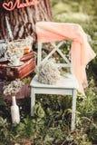Γαμήλιο ντεκόρ με τα λουλούδια και τα κεριά στο δάσος Στοκ εικόνα με δικαίωμα ελεύθερης χρήσης