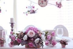 Γαμήλιο ντεκόρ με τα λουλούδια στοκ εικόνες