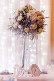 Γαμήλιο ντεκόρ πολυτέλειας με τα βάζα λουλουδιών και γυαλιού και τον αριθμό Στοκ Φωτογραφία