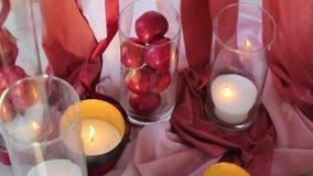 Γαμήλιο ντεκόρ των μήλων και των κεριών απόθεμα βίντεο