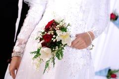 Γαμήλιο λουλούδι νυφικό Boquet με ροδαλό, την τουλίπα και τον κρίνο της κοιλάδας Στοκ φωτογραφία με δικαίωμα ελεύθερης χρήσης