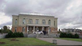 Γαμήλιο παλάτι στην Άγιος-Πετρούπολη και το γαμήλιο αυτοκίνητο απόθεμα βίντεο