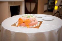 Γαμήλιο πορτοκαλί κέικ με την κορδέλλα Στοκ φωτογραφία με δικαίωμα ελεύθερης χρήσης