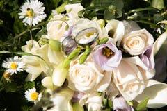 Γαμήλιο υπόβαθρο αγάπης με τα χρυσά δαχτυλίδια Στοκ Εικόνες