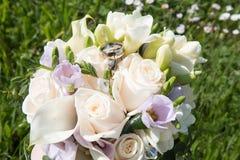 Γαμήλιο υπόβαθρο αγάπης με τα χρυσά δαχτυλίδια Στοκ Φωτογραφία