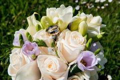 Γαμήλιο υπόβαθρο αγάπης με τα χρυσά δαχτυλίδια Στοκ εικόνα με δικαίωμα ελεύθερης χρήσης
