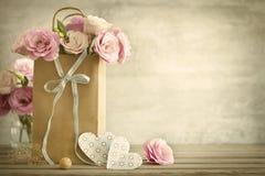 Γαμήλιο υπόβαθρο με τα λουλούδια και τις καρδιές τριαντάφυλλων - εκλεκτής ποιότητας styl στοκ φωτογραφία με δικαίωμα ελεύθερης χρήσης