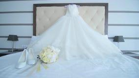 Γαμήλιο φόρεμα που κρεμά τους ώμους, γαμήλια εξαρτήματα απόθεμα βίντεο