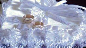 Γαμήλιο δύο δαχτυλίδι στην άσπρη καρδιά απόθεμα βίντεο