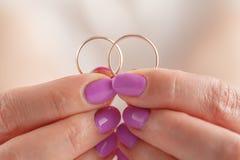 Γαμήλιο δύο δαχτυλίδι υπό εξέταση στοκ φωτογραφίες με δικαίωμα ελεύθερης χρήσης