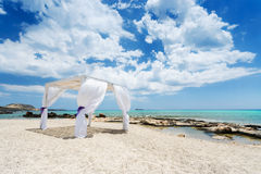 Γαμήλιο baldachine στην όμορφη παραλία Στοκ φωτογραφία με δικαίωμα ελεύθερης χρήσης
