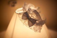 Γαμήλιο garter δαντέλλα στο λαμπτήρα Στοκ εικόνα με δικαίωμα ελεύθερης χρήσης