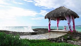 Γαμήλιο gazebo στην ωκεάνια ακτή σκοπέλων απόθεμα βίντεο