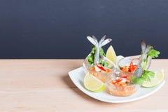 Γαρίδα κοκτέιλ θαλασσινών στην πικάντικη εμβύθιση θαλασσινών Στοκ Εικόνα