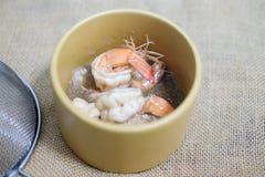 Γαρίδες ή γαρίδες με το σκόρδο στη σάλτσα Στοκ φωτογραφίες με δικαίωμα ελεύθερης χρήσης
