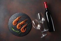 Γαρίδες με ένα μπουκάλι του κρασιού r στοκ εικόνα