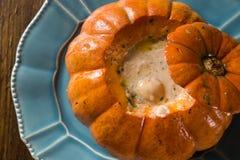 Γαρίδες στο NA Moranga Camarao κολοκύθας - οι γαρίδες με μια κρεμώδη σάλτσα γάλακτος καρύδων εξυπηρέτησαν μέσα σε μια ψημένη κολο Στοκ Εικόνες