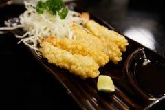 Γαρίδες στο tempura με τις φέτες και τη σαλάτα λεμονιών Στοκ Φωτογραφίες