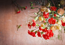Γαρίφαλα και gypsophelia στο ξύλινο κλίμα στοκ εικόνα