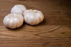 Γαρίφαλα σκόρδου σε ένα ξύλινο υπόβαθρο Στοκ εικόνες με δικαίωμα ελεύθερης χρήσης