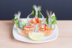 Γαρίδα κοκτέιλ θαλασσινών στην πικάντικη εμβύθιση θαλασσινών Στοκ Φωτογραφίες