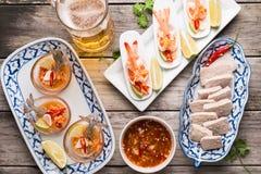 Γαρίδα κοκτέιλ θαλασσινών στην πικάντικη εμβύθιση θαλασσινών Στοκ φωτογραφία με δικαίωμα ελεύθερης χρήσης