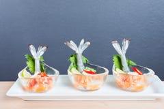 Γαρίδα κοκτέιλ θαλασσινών στην πικάντικη εμβύθιση θαλασσινών Στοκ Φωτογραφία