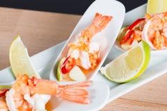 Γαρίδα κοκτέιλ θαλασσινών στην πικάντικη εμβύθιση θαλασσινών Στοκ εικόνα με δικαίωμα ελεύθερης χρήσης