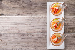 Γαρίδα κοκτέιλ θαλασσινών στην πικάντικη εμβύθιση θαλασσινών Στοκ εικόνες με δικαίωμα ελεύθερης χρήσης