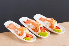 Γαρίδα κοκτέιλ θαλασσινών στην πικάντικη εμβύθιση θαλασσινών Στοκ Εικόνες