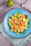 Γαρίδες, αβοκάντο, Apple και σαλάτα κρεμμυδιών Στοκ φωτογραφίες με δικαίωμα ελεύθερης χρήσης