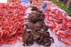 Γαρίδες και καβούρια σε μια αγορά Στοκ φωτογραφίες με δικαίωμα ελεύθερης χρήσης