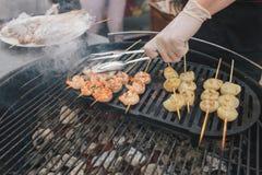 Γαρίδες και όστρακο στα οβελίδια - τρόφιμα οδών στοκ εικόνες με δικαίωμα ελεύθερης χρήσης