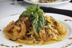 Γαρίδες και Linguine Fra Diavolo που ολοκληρώνεται με φρέσκο  Στοκ Εικόνες