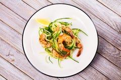 Γαρίδες με τα νουντλς κολοκυθιών Γαρίδες με τα λαχανικά και το λεμόνι Στοκ εικόνα με δικαίωμα ελεύθερης χρήσης